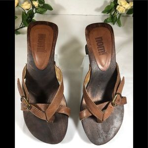 Nomi wooden sandal slippers with adjustable strap.